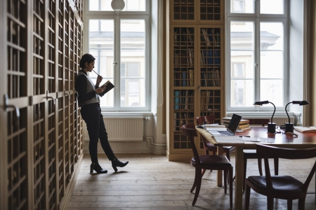 woman_library